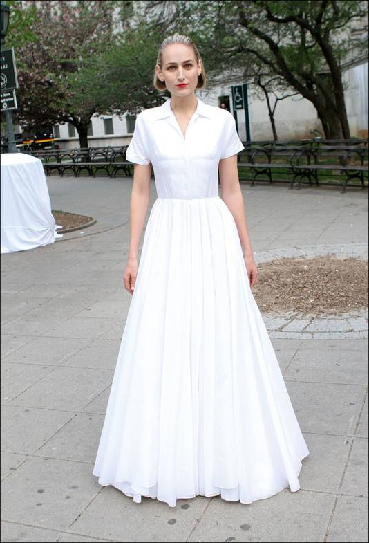 Leelee Sobieski in een lange witte jurk.