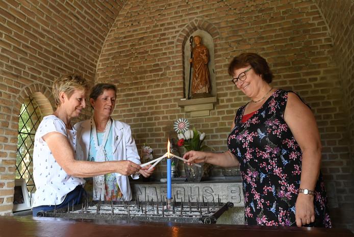 V.l.n.r. Annie Koks, Jacqueline van der Kaa en Anita Geerts steken alvast een kaarsje op in de Bernarduskapel.