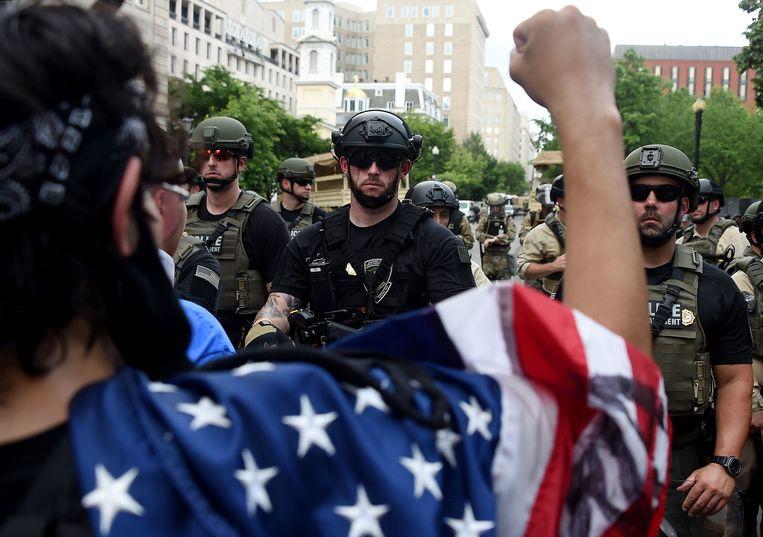 Demonstranten tegenover veilligheidstroepen, gisteren in Washington. Beeld AFP