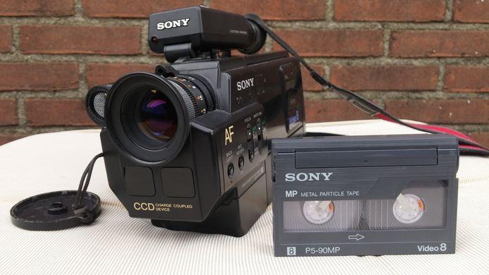 Erik Stijf kocht een camera in een kringloopwinkel in Apeldoorn, inclusief tapes.