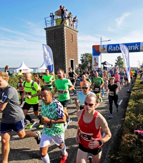 Over de vestingen, door de polders en dan de oude dorpskern bij Vestingloop Willemstad