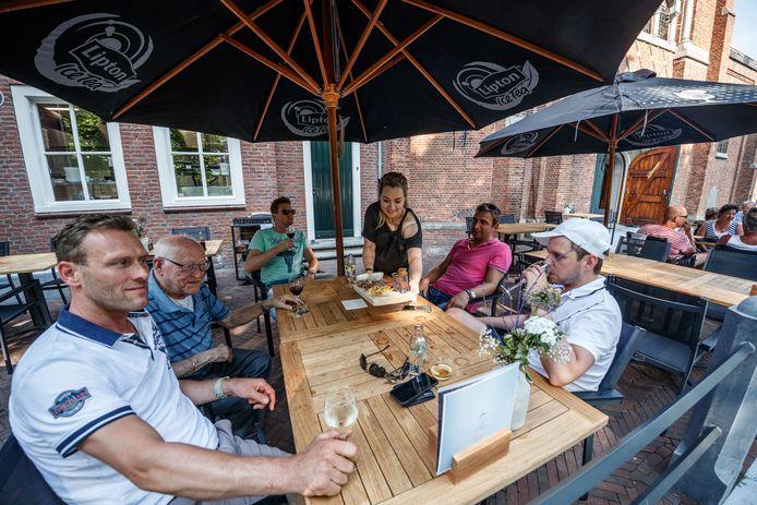 De oude woning van meneer pastoor in Klundert is nu een stijlvol restaurant met terras. Foto Marcel Otterspeer