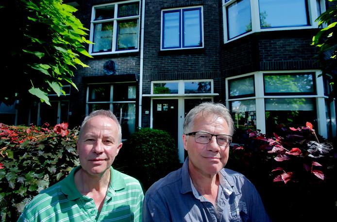 Wiebe (l) en Sacha Buddingh' voor hun ouderlijk huis in de Bankastraat. ,,Bakkerij Van Herk zit er gelukkig nog.''