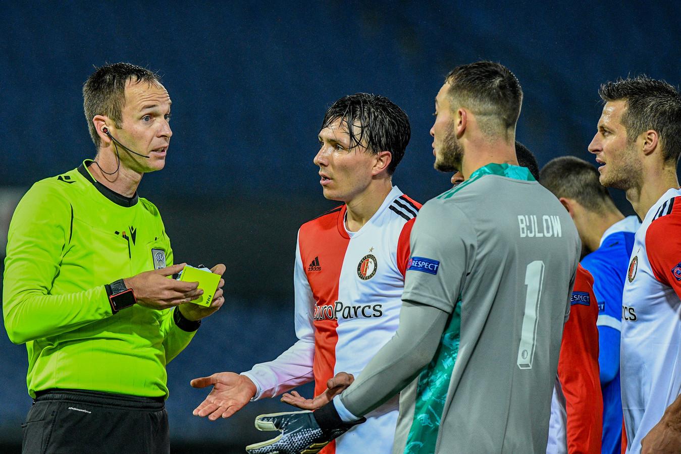 Steven Berghuis en Justin Bijlow gaan verhaal halen bij Srdjan Jovanovic.
