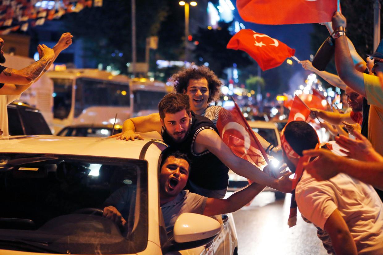 Aanhangers van Ekrem Imamoglu vieren feest in Istanboel. Beeld AP