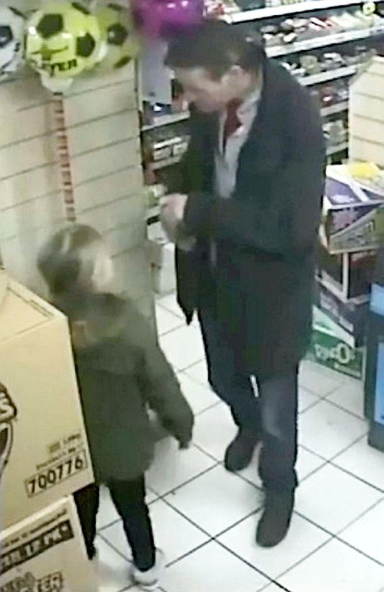 Mylee met haar papa in de supermarkt, enkele uren voor haar dood.