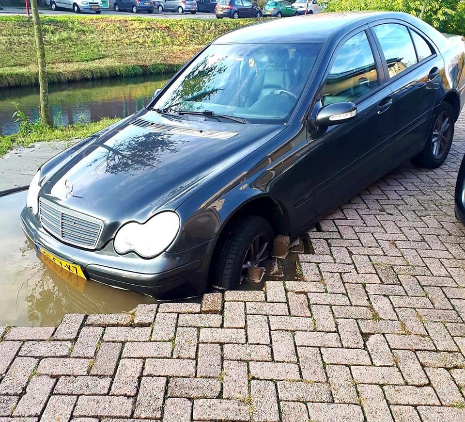 Op de Kootwijkerschans in Nieuwegein is vanochtend een automobilist in een zinkgat vol water gereden. Het gat is ontstaan door een gesprongen waterleiding.