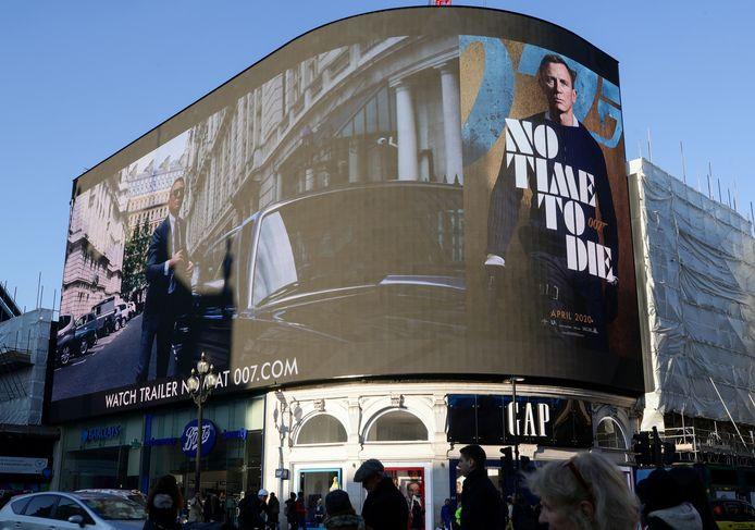 De trailer van 'No To Time To Die' wordt vertoond op het reuzenscherm aan het Londense Piccadilly Circus.