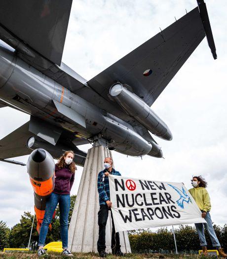 NAVO-topman Stoltenberg bij 'nucleaire oefening' op vliegbasis Volkel