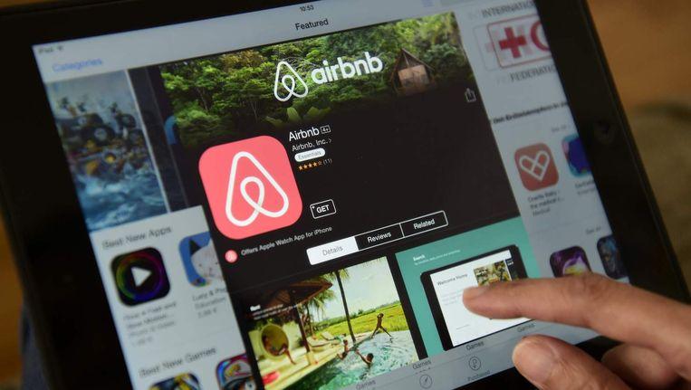Veel Amsterdammers ervaren overlast van toeristen die via Airbnb een kamer in de stad huren. Beeld anp