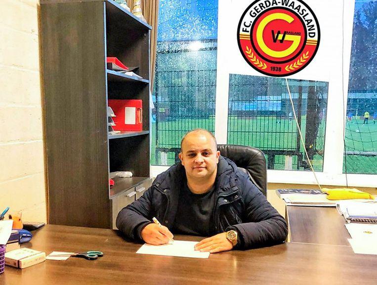 Aan zijn bureau als voorzitter van voetbalclub FC Gerda Sint-Niklaas.