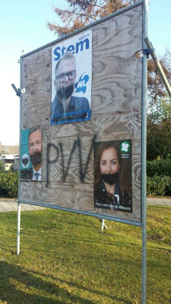 Het ondergespoten verkiezingsbord in de Cuijkse wijk Padbroek.
