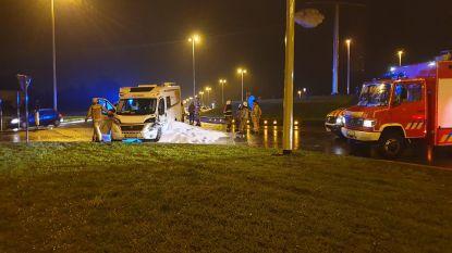 Gestolen mobilhome botst tijdens politieachtervolging achteraan tegen truck: lading korrels eindigt op rijbaan