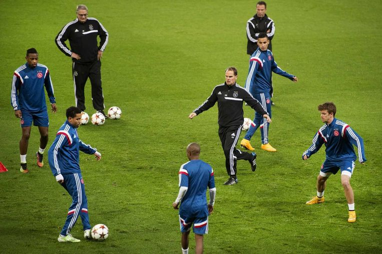 Ajax-trainer Frank de Boer doet mee aan een rondo tijdens de training maandag in het Parc des Princes in Parijs. Beeld anp