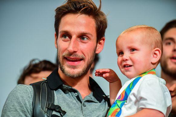 Elliot Van Strydonck tijdens de ontvangst bij de thuiskomst van Rio herenigd met zijn kindje.