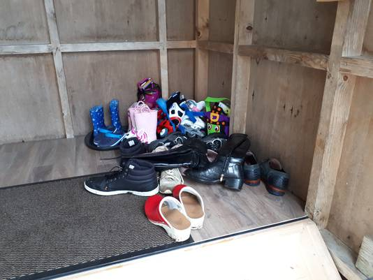 Ook de schoenen van burgemeester John Berends gaan uit tijdens een gesprek met bewoners van woonwagenkamp De Haere