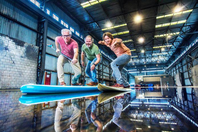 V.l.n.r.: Andy Woodcock, Jeroen den Otter en Joeri Fredriks in de hal, waar over een paar maanden kan worden gesurft.