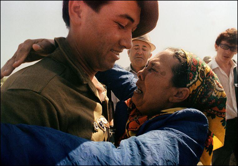 Een Sovjet-soldaat wordt omhelsd door zijn moeder nadat de Sovjet-Unie zich in 1989 terug hebben getrokken uit Afghanistan. Beeld AFP