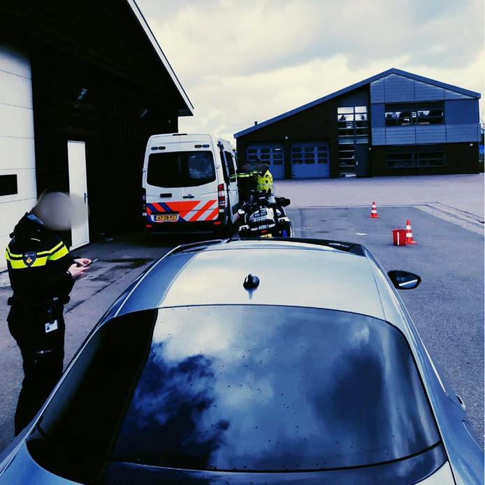 De politie tijdens een verkeerscontrole. (Dit is niet de bewuste auto uit het verhaal)