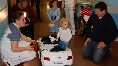 Met witte speelgoedauto naar operatiezaal
