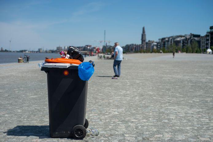 Op het nieuwe stuk Scheldekaaien puilen sommige vuilnisbakken uit.