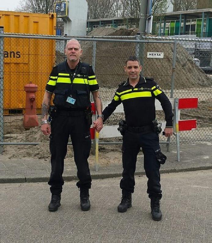 Politieagent Fer Loco (l) schreef bij zijn hand-in-handfoto met collega Alex Glijn OP Facebook: Ik zeg homohaters: Kom maar op!