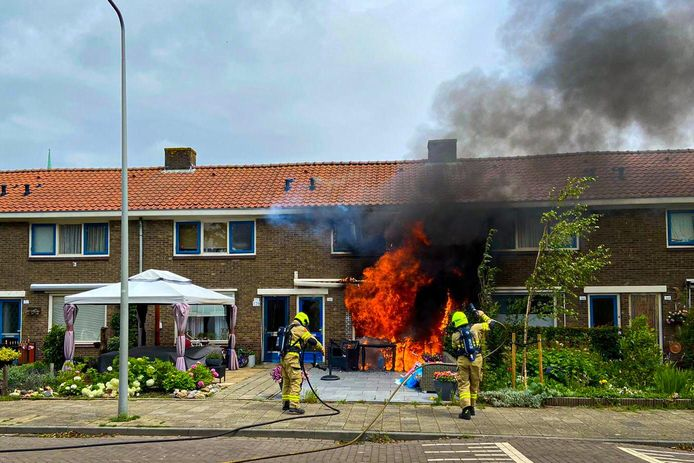 Enorme vlammen slaan uit het huis.