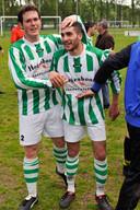 Succesvol bij FC Presikhaaf: Dave van der Kolk  aait doelpuntenmaker Emrah Ates over de bol.