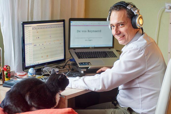 Dirk Kok achter zijn computer om de laatste hand te leggen aan het hoorspel De Vos Reynaerd.