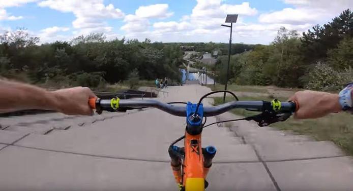 Freerider Sam Pilgrim daalt af van de trap bij de Wilhelminaberg op zijn mountainbike.