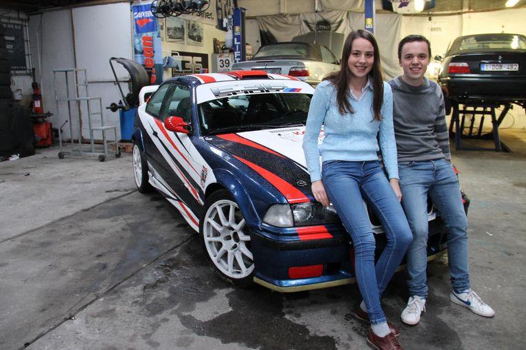 Febe en Jochen eerder deze week bij hun rallywagen. Intussen verging het hen minder goed.