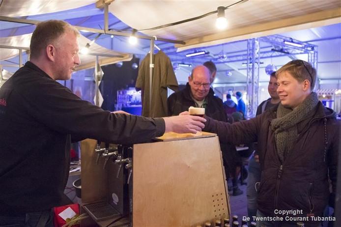 Beeld van het eerste Eendrachtig Bierfestival in Vriezenveen.