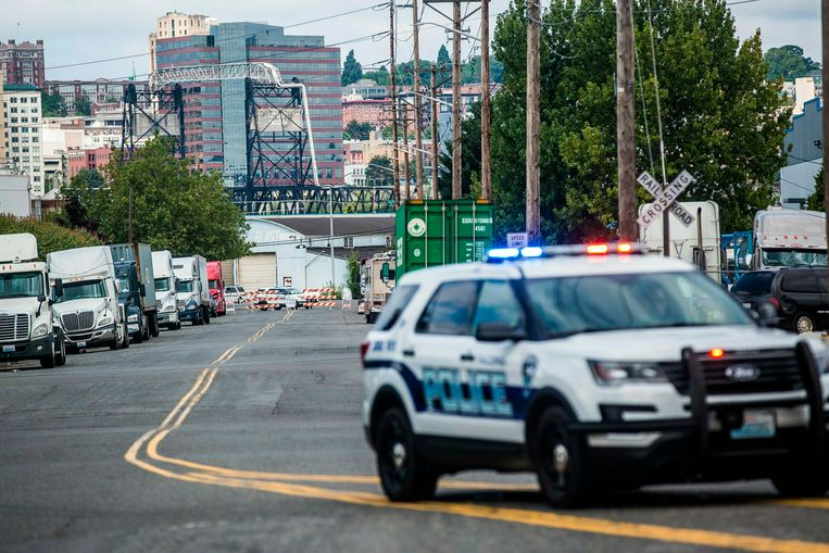 De politie houdt de wacht nabij een wegversperring aan het immigratiecentrum in Tacoma