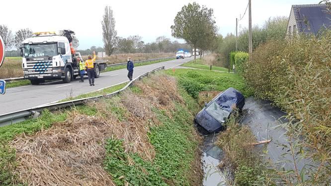 Spectaculaire crash: bestuurster belandt 20 meter verder in diepe gracht na botsing