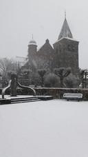 Het Marktplein voor de kerk in Esch onder een flink pak sneeuw