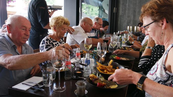 Deelnemers van Eet met je Hart dineren bij de Bodega.