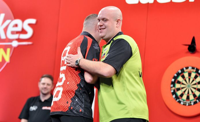 Michael van Gerwen krijgt de felicitaties van Nathan Aspinall.