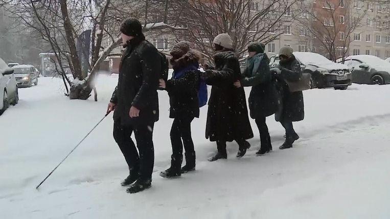 Gids Vladimir leidt zijn toeristen geblinddoekt door zijn thuisstad.