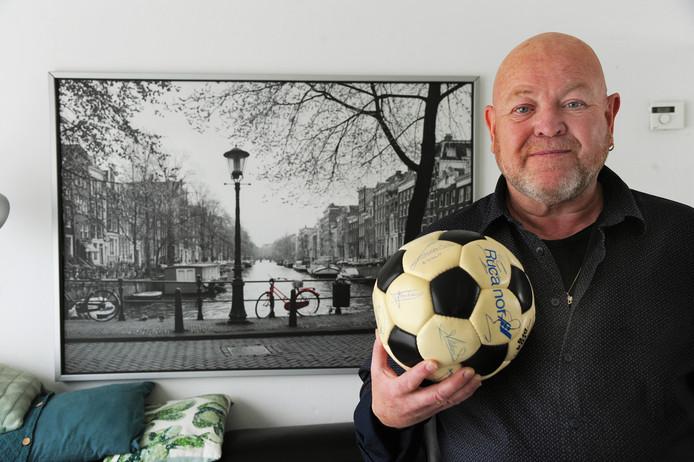 Theo van Beest met de bal die terugkeert naar Serooskerke.