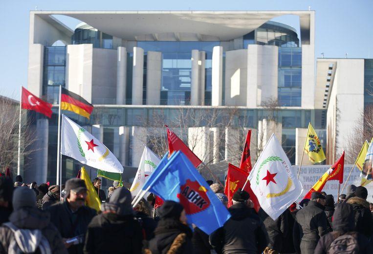 Koerdische betogers demonstreren in Berlijn tegen het geweld van Turkije tegen de Koerden in het land. Beeld reuters