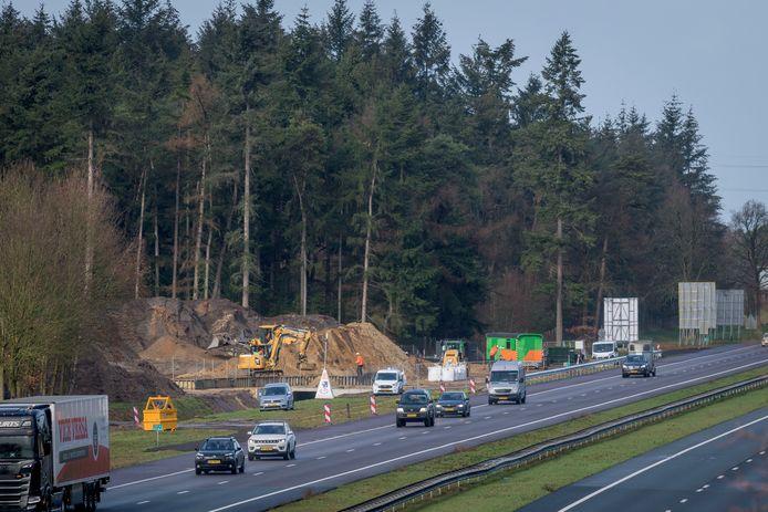 De bouw van het ecoduct lag dit jaar al maanden stil op last van de rechter.
