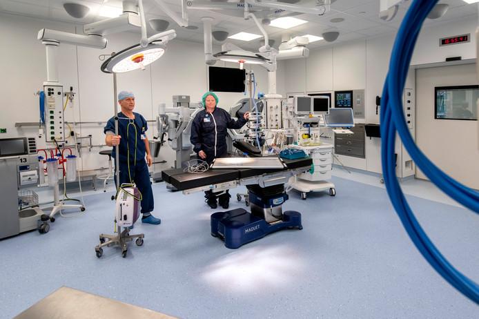 Hans Blansjaar en Lisette van den Berg in een van de zes fonkelnieuwe operatiekamers van ziekenhuis Rijnstate in Arnhem. Foto: Gerard Burgers. Arnhem.