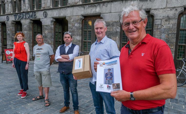 (Van voor naar achter) Samenstellers van de zoektocht Patrick Nuytten en Johan Vanackere, samen met Diederik Vandenbilcke, Rudy Claeys en Ingrid Spruytte (Anne Devos ontbreekt op de foto).