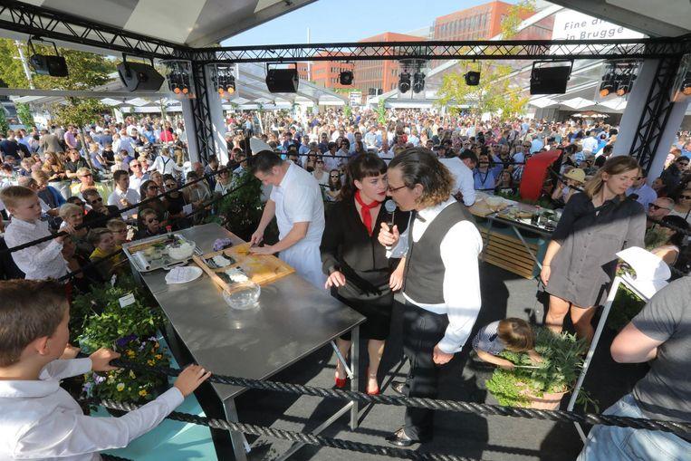 In het midden van het festivalterrein staat een boksring: chefs gaan de strijd aan in het maken van gerechten.