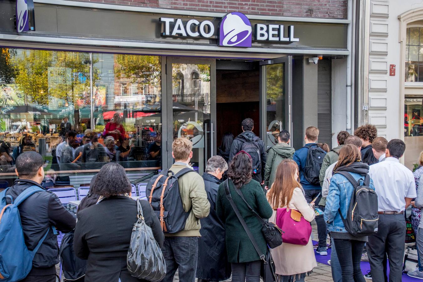 drukte in de rij bij eerste taco bell in tilburg heuvelplein
