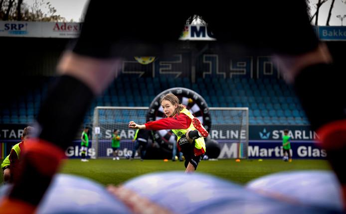 Kinderen tussen de acht en veertien jaar oud met een beperking konden gistermiddag tijdens de Speciale Voetbaldag in Eindhoven lekker ballen.