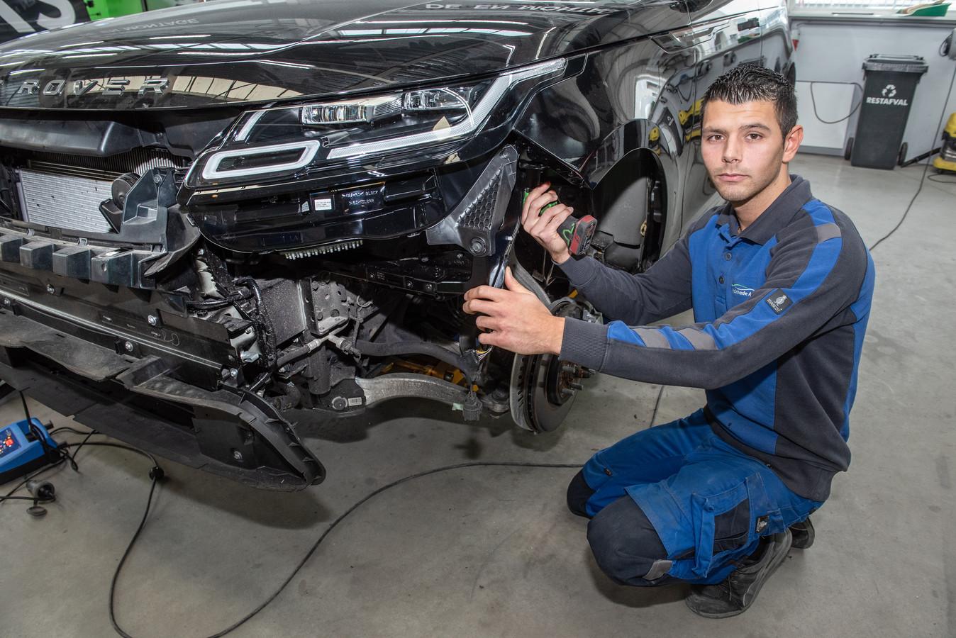 Manus Kwarten in de garage van Autoschade Herstel Arnhem.