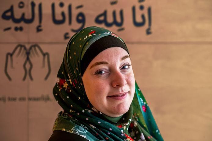 """Aisha Pijnenburg, mede-eigenaar van de islamitische uitvaartonderneming Amanah. ,,Geloof gaf me houvast. Misschien is elke puber daar wel naar op zoek en ik vond het in de islam."""""""