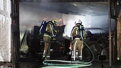 Brand in garage naast privéclub Chardon: twee oldtimers mee in vlammen op