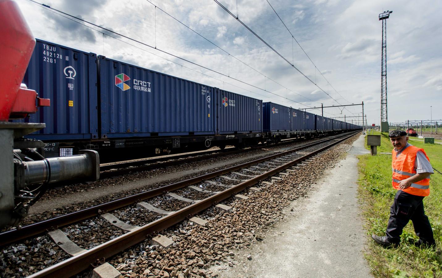 De eerste trein uit China komt aan op Kijfhoek.
